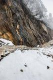 Passaggio pedonale sulla scogliera in neve Fotografia Stock