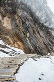 Passaggio pedonale sulla scogliera in neve Immagini Stock Libere da Diritti