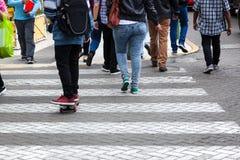 Passaggio pedonale sulla via Immagini Stock