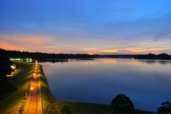 Passaggio pedonale superiore del bacino idrico di Seletar nella sera Immagini Stock Libere da Diritti