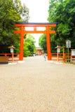 Passaggio pedonale V dell'entrata del portone di Torii del santuario di Shimogamo Immagine Stock