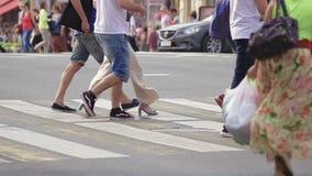 Passaggio pedonale via movimento lento san Peterburg 1° agosto 2016 video d archivio
