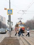Passaggio pedonale vicino alla fermata del tram fotografia stock libera da diritti