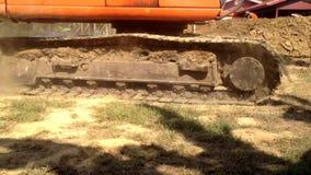 Passaggio pesante di funzionamento dell'escavatore dell'attrezzatura la macchina fotografica con il suono video d archivio