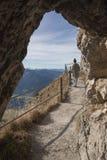 Passaggio roccioso alla traccia di montagna del wendelstein, camminata della giovane donna Fotografia Stock