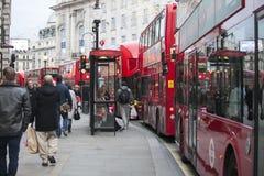 Passaggio rosso dell'autobus a due piani nell'ambito degli angeli di Natale di twinkling che accendono la zona commerciale dell'a Fotografia Stock Libera da Diritti