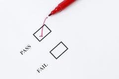 Passaggio - segno o controllo di qualità dell'esame immagine stock