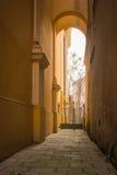 Passaggio stretto fra le costruzioni a Varsavia, Polonia fotografia stock libera da diritti