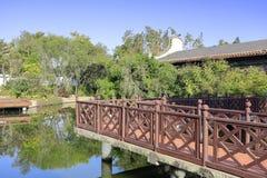 Passaggio sull'acqua nel giardino classico cinese del paesaggio di baiyunju, adobe rgb fotografie stock