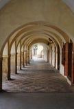Passaggio vuoto del marciapiede della galleria sotto le vecchie costruzioni fotografia stock libera da diritti