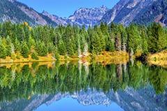 Passaggio Washington di Snoqualme del picco di Mt Chikamin di riflessione del lago gold Immagini Stock Libere da Diritti