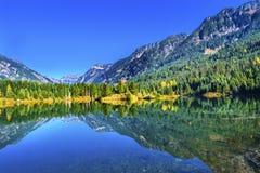 Passaggio Washington di Snoqualme del picco di Mt Chikamin di riflessione del lago gold Fotografia Stock