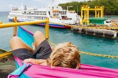 Passagier auf der Schiffsplattform, die allgemeine Fähre auf Pier betrachtet stockfotos