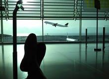 Passagier, der in den Flughafen wartet Stockbild