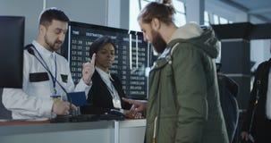 Passagier, der eine Hand auf einen Fingerabdruckscanner setzt stock video footage