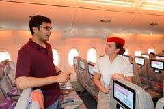 Passagier, der mit Mannschaftsmitglied spricht Stockbilder