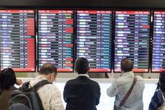 Passagier, der vor Ankunftstafel in Suvarnabhumi-Flughafen, SAMUTPRAKAN, THAILAND steht Stockfotos