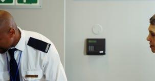 Passagier die door een luchthavenveiligheidscontrole gaan stock video