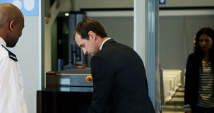 Passagier die door een luchthavenveiligheidscontrole gaan stock videobeelden