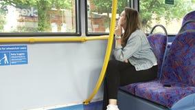 Passagier die Mobiele Telefoon op Seat van Bus verlaten stock videobeelden