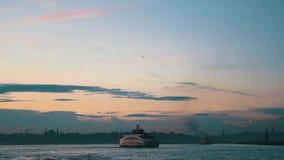 Passagier-Fähre, die bei Bosphorus, Istanbul, die Türkei kreuzt stock footage