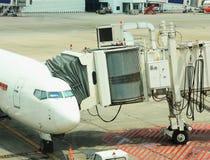 Passagier het inschepen brug met vliegtuig wordt verbonden dat stock foto's