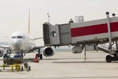 Passagier het inschepen brug met vliegtuig wordt verbonden dat royalty-vrije stock foto