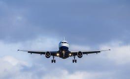 Passagier Jet Landing Approach Stockfotos