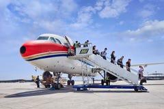 Passagier kommen Flugzeug auf internationalem ernstlichflughafen Pekings heraus Lizenzfreies Stockfoto