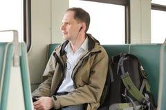 Passagier met hoofdtelefoons in de trein Stock Fotografie