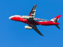 Passagier Superjet 100-95B, rote Flügel Stockfoto