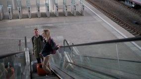 Passagier zwei stehen auf Rolltreppe auf Bahnhof, Draufsicht stock video footage