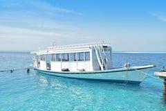Passagierboot angekoppelt an Malediven-Erholungsort Stockbild