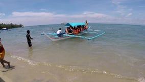 Passagierboot füllte mit den Leuten, die auf Seeufer landen stock footage