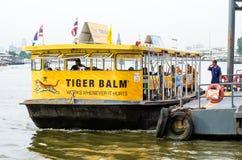 Passagierboot werden am Pier angekoppelt Stockfotografie