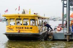 Passagierboot werden am Pier angekoppelt Stockbilder
