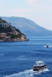 Passagierboote auf Meer nahe Klippe Lizenzfreies Stockfoto