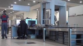 Passagierdurchlauf-Sicherheitskontrollen an Domodedovo-Flughafen stock video footage