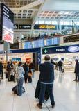 Passagiere überprüfen ihre Fluginformationen über eine Digitalanzeige an ` s Londons Gatwick Nordanschluß Verschiedene Wahlen zu Lizenzfreies Stockfoto