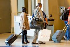 Passagiere angestanden Anwäter für Einstieg an Ausgang Lizenzfreie Stockfotografie