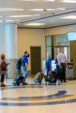 Passagiere angestanden Anwäter für Einstieg an Ausgang Lizenzfreies Stockbild