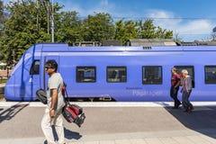 Passagiere auf der Plattform, die blauen Zug Ystad führt lizenzfreie stockfotografie
