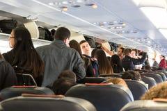 Passagiere auf einer Linie, die ein Flugzeug verlässt Lizenzfreie Stockfotografie