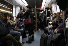 Passagiere auf einer U-Bahnreise lizenzfreie stockfotografie