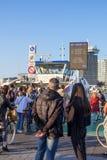 Passagiere auf IJplein-Fährenhalt in Amstedam, die Niederlande stockbilder