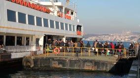 Passagiere an Bord des Bosphorus in Istanbul Alltagsleben in Istanbul stock video