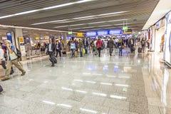 Passagiere in der Abfahrt Hall internationalen Flughafens Frankfurts Stockfotos