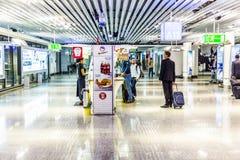 Passagiere in der Abfahrt Hall internationalen Flughafens Frankfurts Stockfoto
