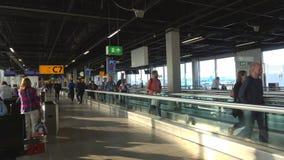 Passagiere in der Abfahrthalle Schiphol-Flughafen, Amsterdam stock video footage