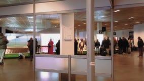 Passagiere an der Gepäckausgabe in Charleroi-Flughafen Brüssel, Belgien stock footage
